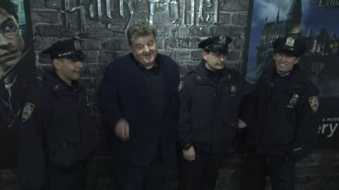 vidéos et rushes de robbie coltrane and nypd at the launch event for the home entertainment release of harry potter and the deathly hallows- part 1 at new york ny. - robbie coltrane