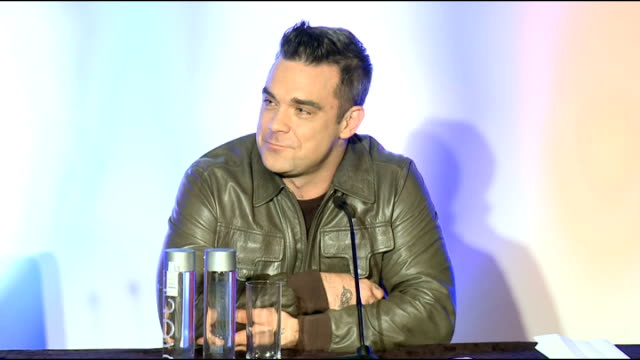 vidéos et rushes de robbie williams press conference; robbie williams question and answer session sot - on it being his first tour as a father / she's a very calming... - take that