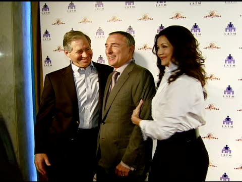 stockvideo's en b-roll-footage met robert altman, mgm chairman and ceo harry e sloan, and lynda carter at the los angeles team mentoring 9th annual summer soiree at null in los... - voorzitter