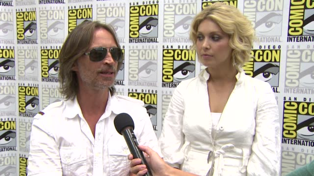 robert carlyle and alaina huffman on the best part about working on the show. at the comic-con 2009: 'stargate universe' press line at san diego ca. - robert carlyle stock videos & royalty-free footage