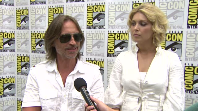 robert carlyle and alaina huffman on their role on stargate. at the comic-con 2009: 'stargate universe' press line at san diego ca. - robert carlyle stock videos & royalty-free footage