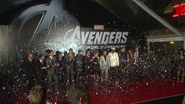robert downey jr , chris hemsworth, chris evans, scarlett johansson, jeremy renner, samuel l. jackson, cast of film and producers at the avengers... - 首映 個影片檔及 b 捲影像