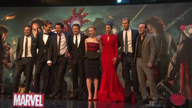 vídeos de stock, filmes e b-roll de robert downey jr, chris hemsworth, cobie smulders, mark ruffalo, clark gregg and scarlett johansson at avengers assemble european premiere at... - estreia