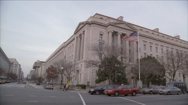 LA Robert F. Kennedy Department of Justice Building, traffic on Constitution Avenue / Washington, D.C., United States