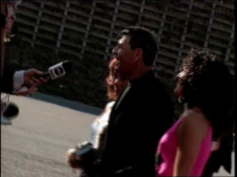 robert forster arriving at the 1998 mtv movie awards - バーカーハンガー点の映像素材/bロール