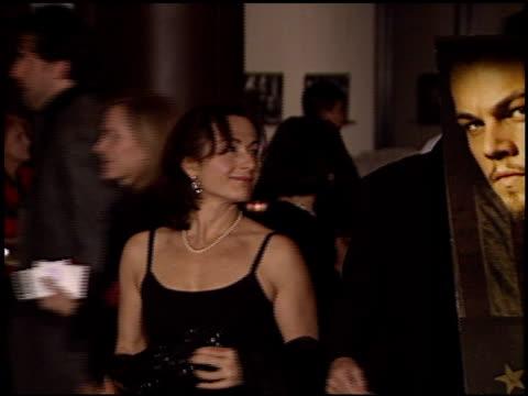 robert forster at the 'gangs of new york' premiere at dga in los angeles, california on december 17, 2002. - ギャング・オブ・ニューヨーク点の映像素材/bロール