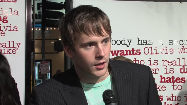 robert hoffman on his character and on whether amanda bynes needed advice off-set about acting like a guy at the she's the man los angeles premiere... - アマンダ バインズ点の映像素材/bロール
