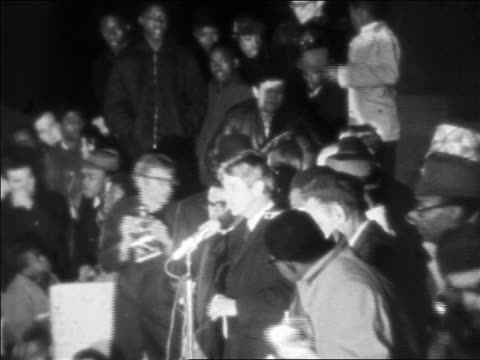 robert kennedy giving speech at night after assassination of martin luther king / newsreel - 1968年点の映像素材/bロール