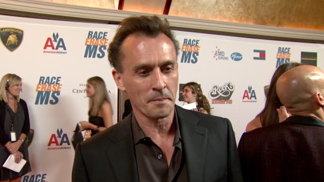 robert knepper on being a part of the night at the 16th annual race to erase themed 'rock to erase at los angeles ca. - レーストゥイレースms点の映像素材/bロール