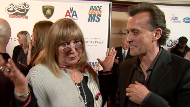 robert knepper  penny marshall on being a part of the night what they're most looking forward to at the 16th annual race to erase ms themed 'rock to... - ペニー マーシャル点の映像素材/bロール