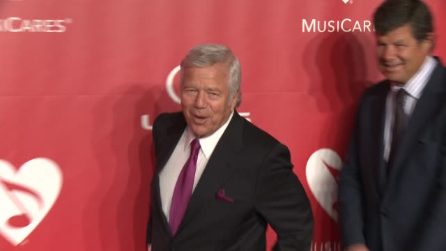 stockvideo's en b-roll-footage met robert kraft at 2015 musicares person of the year gala honoring bob dylan at los angeles convention center on february 06 2015 in los angeles... - kraft