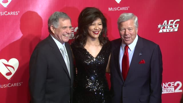 stockvideo's en b-roll-footage met robert kraft julie chen and leslie moonves at 22nd annual musicares benefit gala honoring sir paul mccartney on 2/10/2012 in los angeles ca - kraft