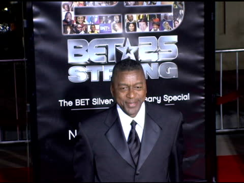 stockvideo's en b-roll-footage met robert l johnson, bet founder and chairman at the bet 25 strong silver anniversary special arrivals at the shrine auditorium in los angeles,... - voorzitter