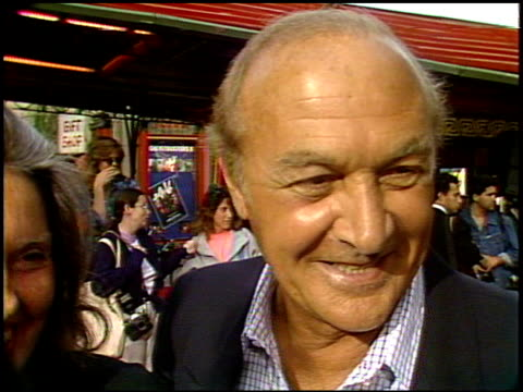 vídeos de stock e filmes b-roll de robert loggia at the 'ghost busters ii' premiere at grauman's chinese theatre in hollywood, california on june 15, 1989. - 1989