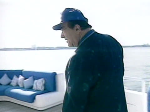 vidéos et rushes de robert maxwell walks around the deck of his private yacht the lady ghislaine - casquette de baseball