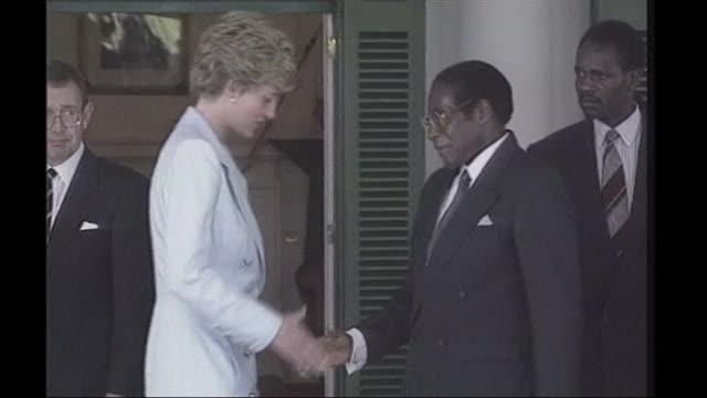Mugabe profile BSP100793027 / TX ZIMBABWE Harare Diana Princess of Wales shaking hands with Robert Mugabe