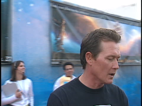 vídeos y material grabado en eventos de stock de robert patrick at the treasure planet premiere at cinerama dome hollywood in hollywood ca - cinerama dome hollywood