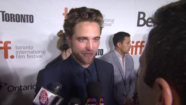 "vídeos de stock, filmes e b-roll de robert pattinson on finding this story hopeful, why hollywood was the perfect backdrop for this cast of characters, and julianne's acting - ""maps to... - festival de cinema de toronto"