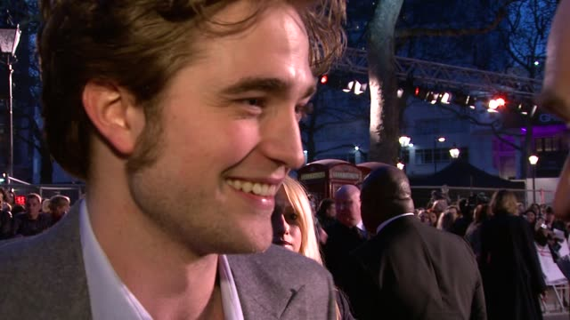 vídeos de stock, filmes e b-roll de robert pattinson on what the film is about on how you need to go with an open mind on how it's a tragic love story on how he's not worried about... - james bond trabalho conhecido