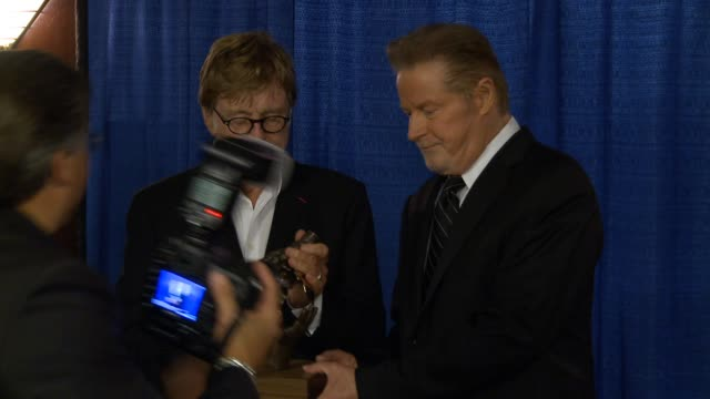 vídeos de stock e filmes b-roll de robert redford and don henley at don henley honors robert redford with the walden woods projects global environmental leadership award at wang... - robert redford