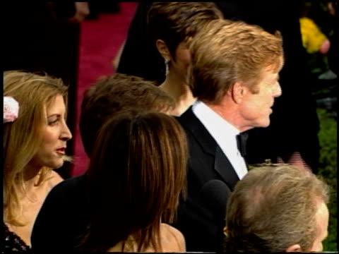 vídeos de stock e filmes b-roll de robert redford at the 2002 academy awards at the kodak theatre in hollywood california on march 24 2002 - robert redford