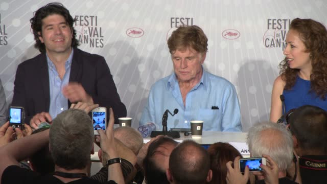 vídeos de stock e filmes b-roll de broll robert redford jc chandor at 'all is lost' press conference at palais des festivals on may 22 2013 in cannes france - robert redford