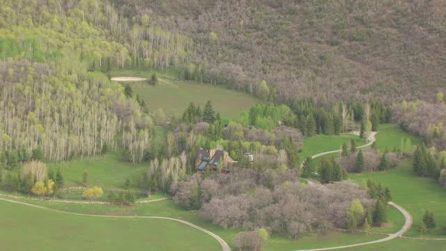 vídeos de stock e filmes b-roll de cu aerial zo robert redford villa and wasatch mountain range at sundance resort / utah, united states - robert redford