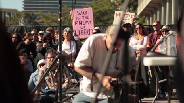 vidéos et rushes de robert reich addresses demonstrators from occupyla, community and labor organizations at city hall on bank transfer day, to protest corruption and... - professional occupation