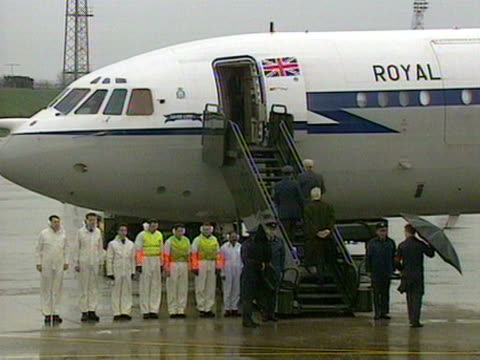 stockvideo's en b-roll-footage met robert runcie and douglas hurd enter the vc10 aircraft at raf lyneham to welcome home terry waite after his years in captivity november 1991 - terry waite