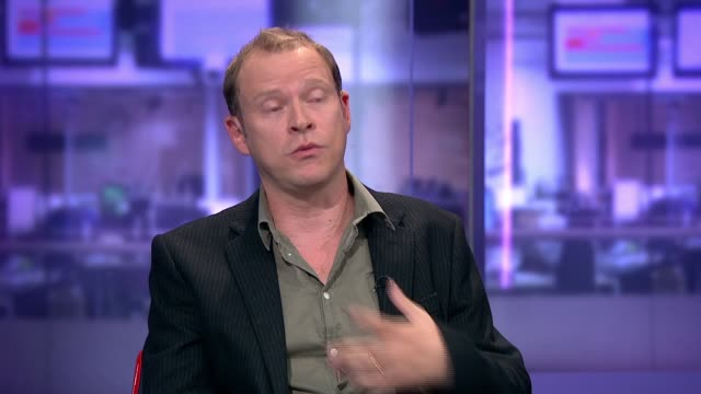 vidéos et rushes de london gir int robert webb live studio interview sot on his father / on being a boy / on losing his mother / on how open he is in book - biographie