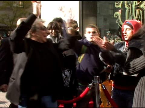 roberto cavalli and fans at the roberto cavalli for h&m launch at h&m in new york, new york on november 8, 2007. - ブランド ロベルト・カヴァリ点の映像素材/bロール
