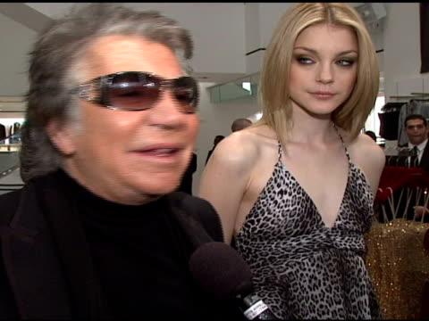 roberto cavalli and model at the roberto cavalli for h&m launch at h&m in new york, new york on november 8, 2007. - ロベルト・カヴァリ点の映像素材/bロール