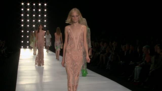 roberto cavalli - milan fashion week s/s 2013 on september 24, 2012 in milan, italy - ロベルト・カヴァリ点の映像素材/bロール