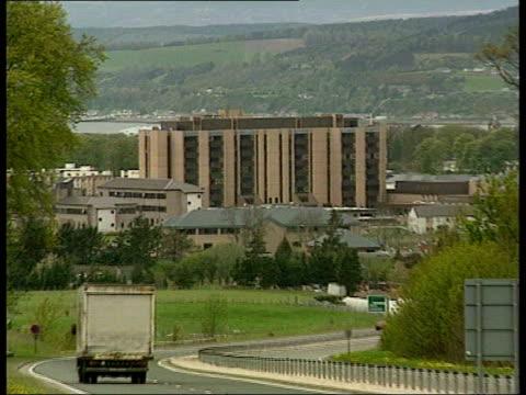 inverness raigmore hospital raigmore hospital main road in f/g zoom in ms raigmore hospital sign - ロビン クック点の映像素材/bロール