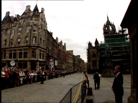 stockvideo's en b-roll-footage met gordon brown delivers eulogy/john mccririck criticises tony blair scotland edinburgh royal mile lined with onlookers for the funeral of robin cook - john mccririck