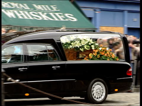 stockvideo's en b-roll-footage met gordon brown delivers eulogy/john mccririck criticises tony blair crowds applaud as hearse drives past with coffin inside clean feed tape = d0601269... - john mccririck