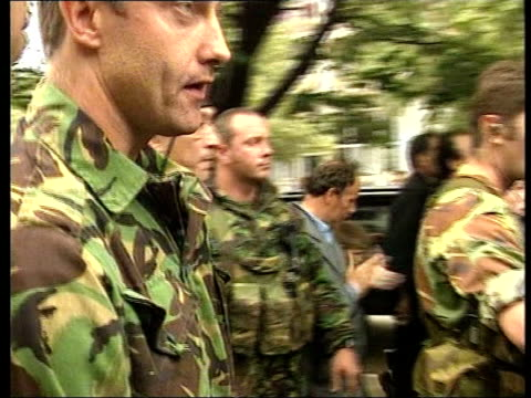 robin cook visit/albanian backlash; itn yugoslavia: serbia: kosovo: pristina: ext soldiers & forensics experts towards past carrying body of murdered... - major road bildbanksvideor och videomaterial från bakom kulisserna