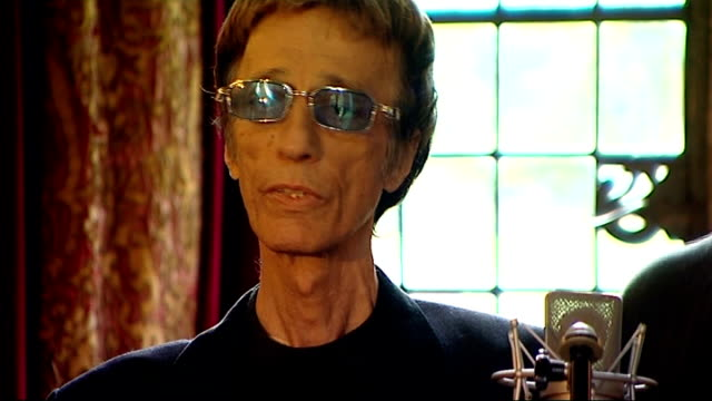 robin gibb makes record in aid of 2011 poppy appeal: performance and interviews; england: oxfordshire: int robin gibb and members of the soldiers... - the bee gees bildbanksvideor och videomaterial från bakom kulisserna