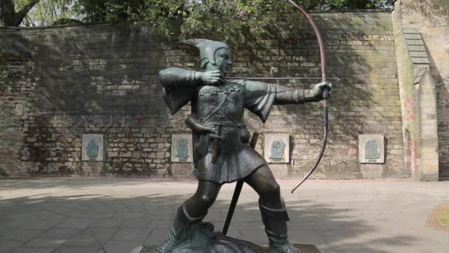 robin hood statue, nottingham, nottinghamshire, england, uk, europe - ノッティンガム点の映像素材/bロール