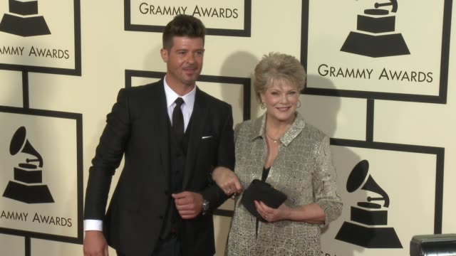 stockvideo's en b-roll-footage met robin thicke at the 58th annual grammy awards® arrivals at staples center on february 15 2016 in los angeles california - 58e grammy awards
