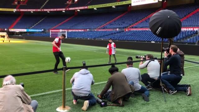 vidéos et rushes de robin van persie, new player of feyenoord team, is presented to the press members at de kuip stadium in rotterdam, netherlands on january 22, 2018.... - pays bas