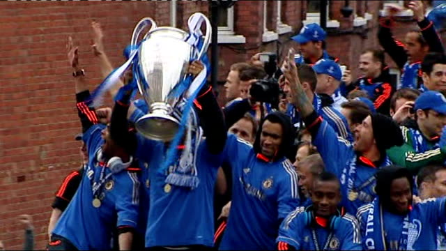 robin van persie signs for manchester united 2052012 london chelsea players parade champions league trophy from opentop bus - チェルシーfc点の映像素材/bロール