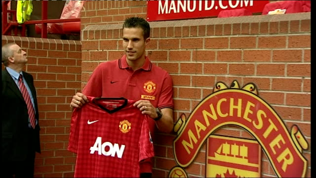 robin van persie signs for manchester united england manchester old trafford ext robin van persie photocall at side of pitch holding manchester... - 2012 stock videos and b-roll footage