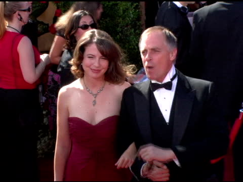 vídeos y material grabado en eventos de stock de robin weigert and guest at the 2006 primetime emmy awards arrivals at the shrine auditorium in los angeles, california on september 19, 2004. - premio emmy anual primetime