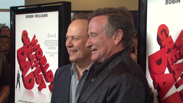 robin williams and billy crystal at the 'world's greatest dad' premiere at los angeles ca - ロビン・ウィリアムズ点の映像素材/bロール