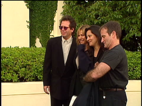 vídeos de stock e filmes b-roll de robin williams arriving at the 1994 movie awards and posing for pictures with gary shandling - robin williams ator