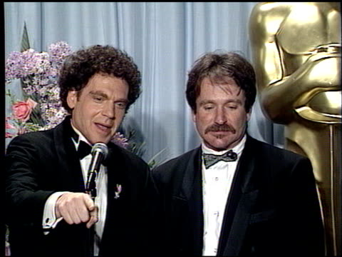 robin williams at the 1989 academy awards at the shrine auditorium in los angeles california on march 29 1989 - ロビン・ウィリアムズ点の映像素材/bロール
