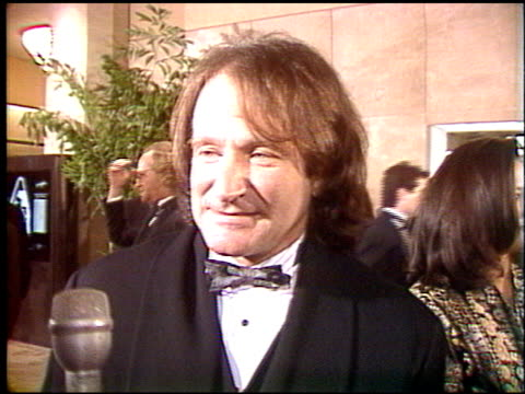 vídeos de stock, filmes e b-roll de robin williams at the 1992 golden globe awards at the beverly hilton in beverly hills california on january 18 1992 - 1992