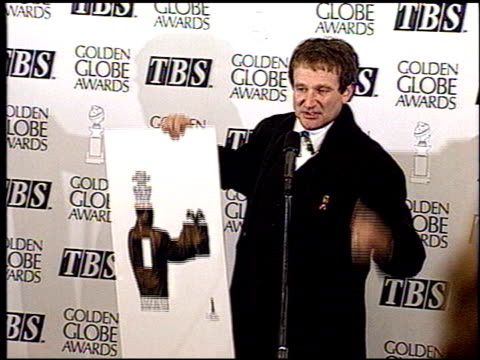 vídeos de stock e filmes b-roll de robin williams at the 1993 golden globe awards at the beverly hilton in beverly hills california on january 23 1993 - 1993