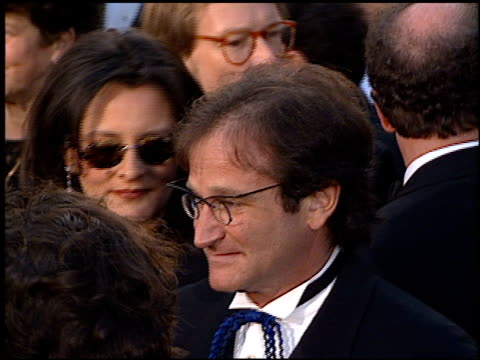 robin williams at the 1996 academy awards arrivals at the shrine auditorium in los angeles, california on march 25, 1996. - 第68回アカデミー賞点の映像素材/bロール